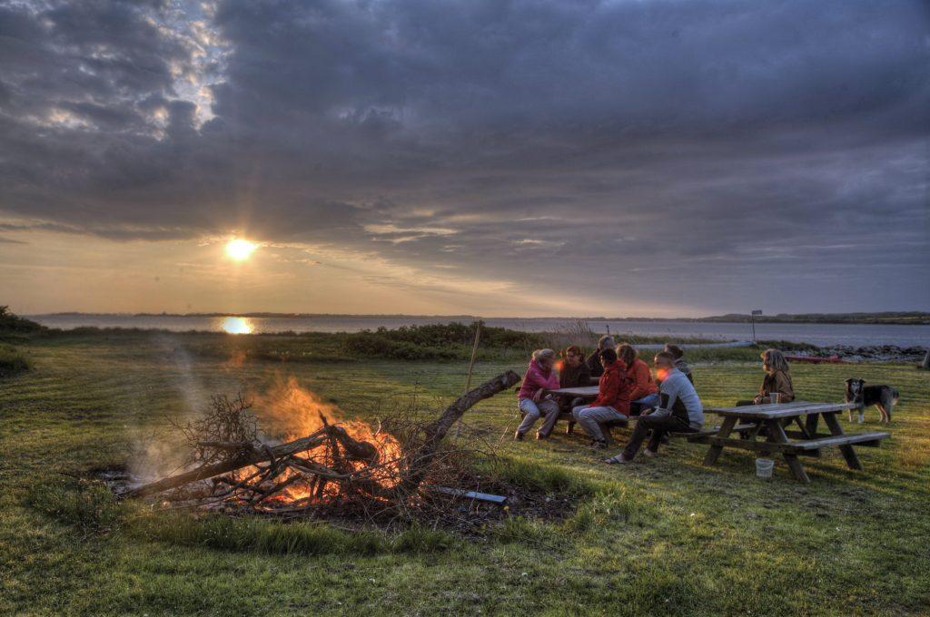 Aftenstemning ved bålet på Svelmø.